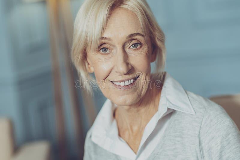 Retrato de la señora optimista mayor imagen de archivo