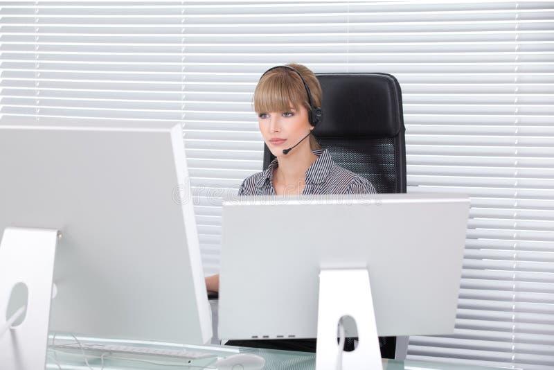 Retrato de la secretaria en una oficina de alta tecnología limpia foto de archivo