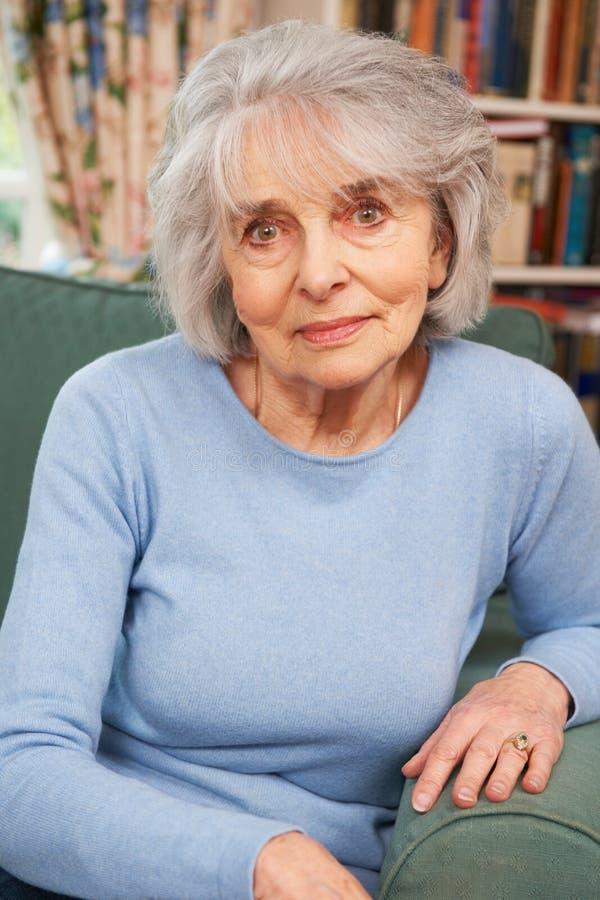 Retrato de la sentada femenina mayor en butaca imagen de archivo