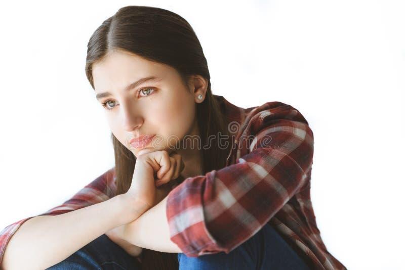 retrato de la sentada y del griterío adolescentes deprimidos de la muchacha imagenes de archivo