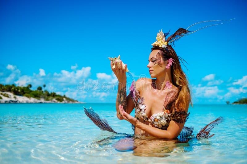 Retrato de la sirena exótica de la fantasía en el océano azul imagen de archivo libre de regalías