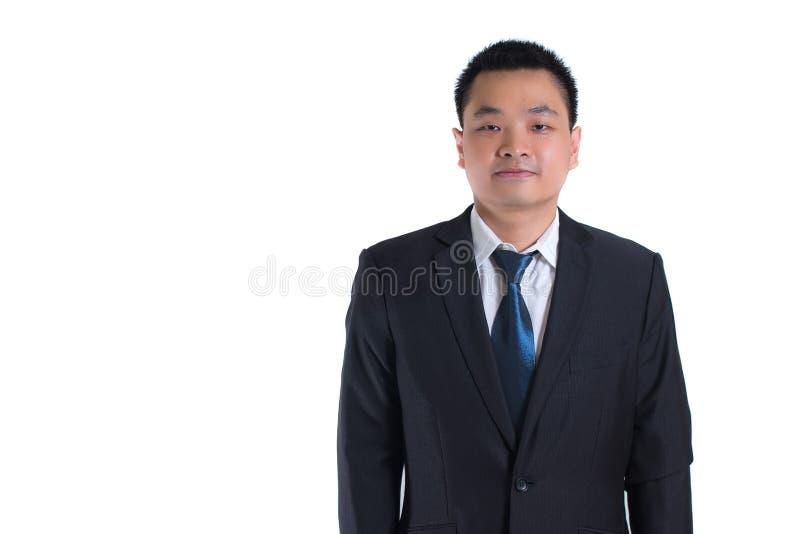 Retrato de la situación asiática joven del hombre de negocios aislado en el fondo blanco El usar como concepto del éxito empresar imagen de archivo