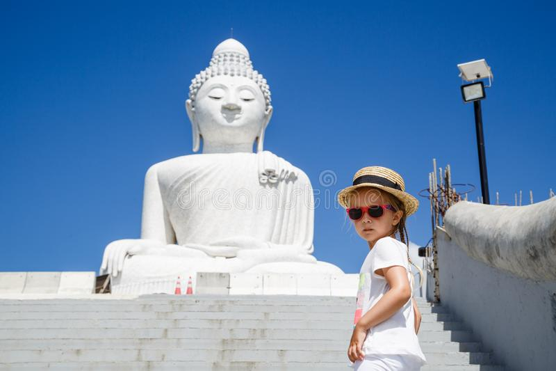 Retrato de la situación de la niña cerca de la estatua grande de Buda en Phuket, Tailandia Concepto de turismo en Asia y famoso imagen de archivo