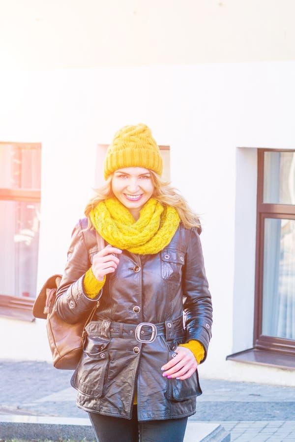 Retrato de la situación sonriente feliz de la mujer en el cuadrado en verano o día de primavera soleado afuera, mirada sonrient foto de archivo