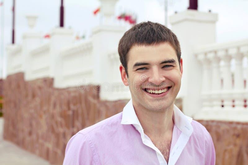Retrato de la sonrisa acertada del hombre fotografía de archivo libre de regalías