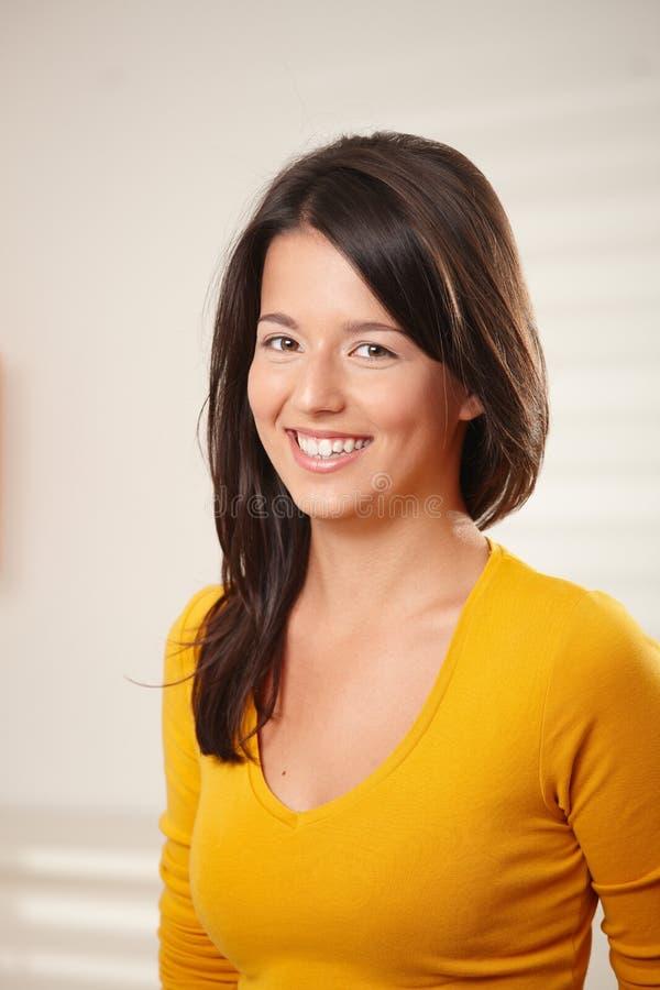 Retrato de la sonrisa adolescente de la muchacha fotos de archivo