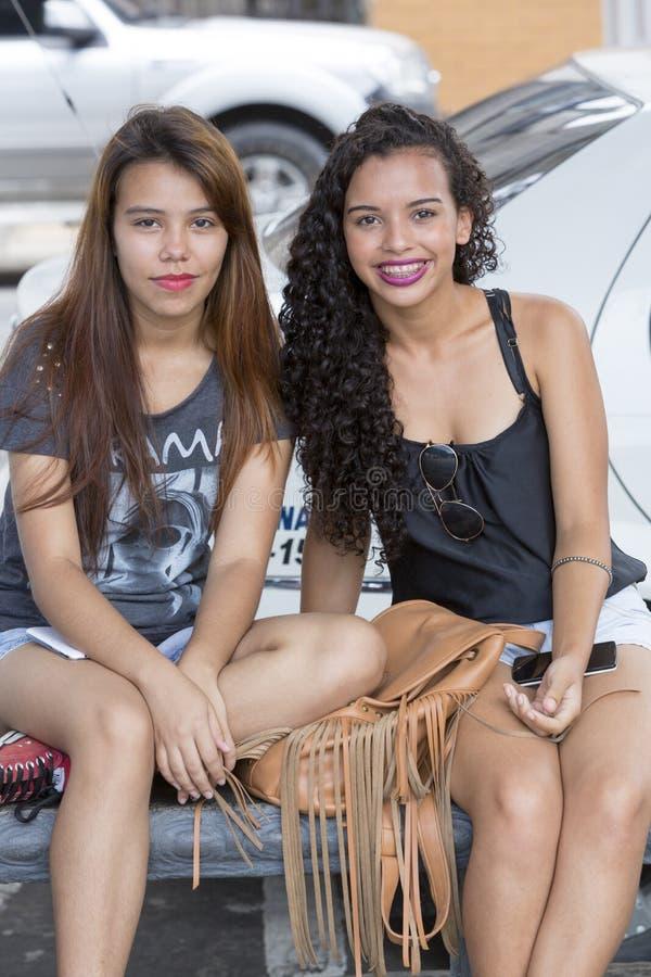 Retrato de la sonrisa brasileña de las mujeres jovenes Manaus imagen de archivo
