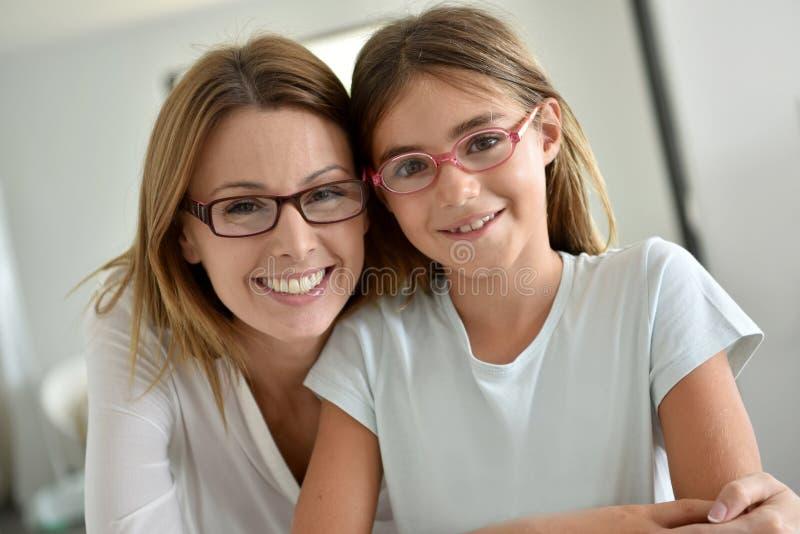 Retrato de la sonrisa de la madre y de la hija fotografía de archivo