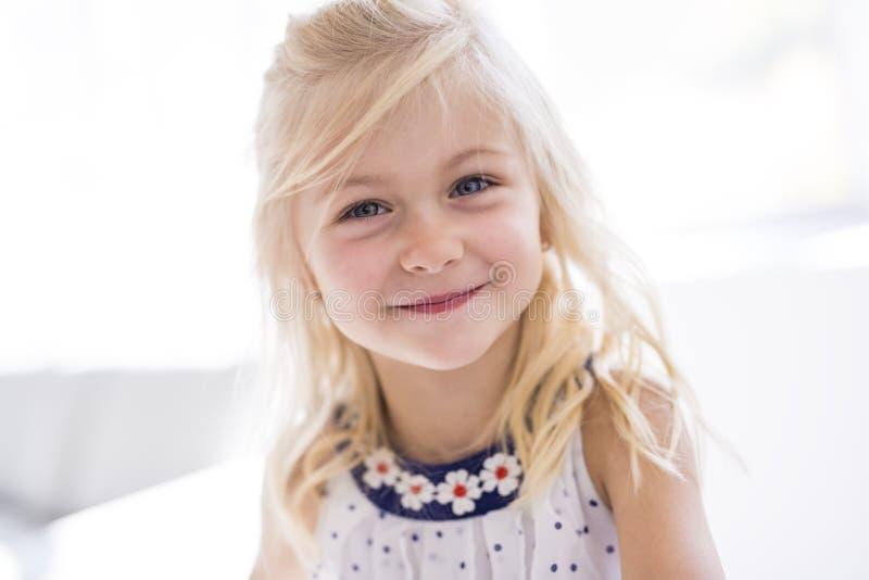Retrato de la sonrisa feliz de la niña hermosa fotografía de archivo