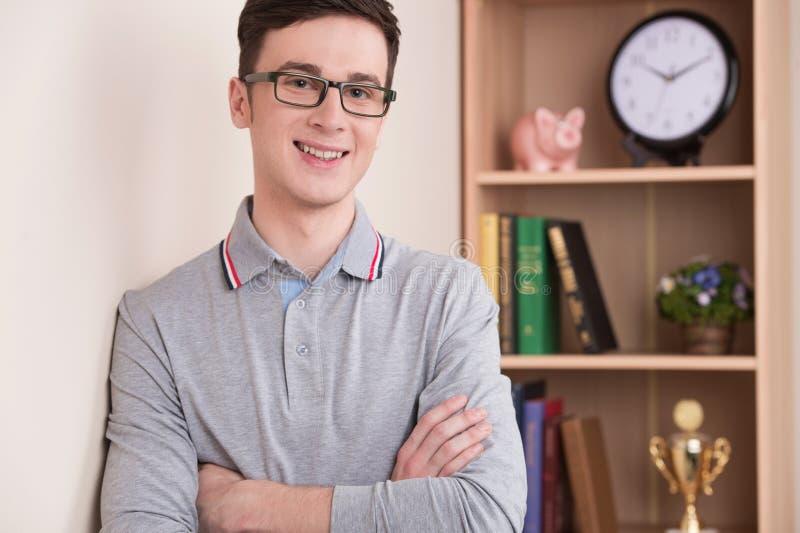 Retrato de la sonrisa hermosa del hombre joven interior fotografía de archivo libre de regalías