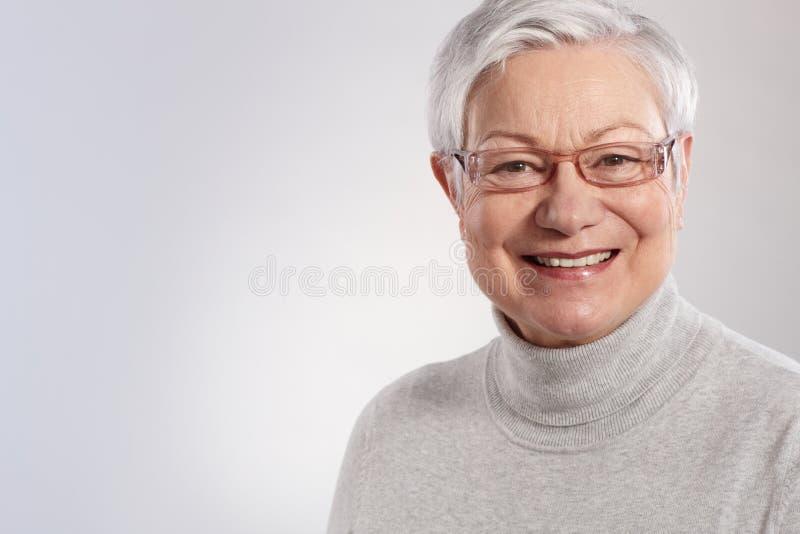 Retrato de la sonrisa mayor de la señora imagenes de archivo