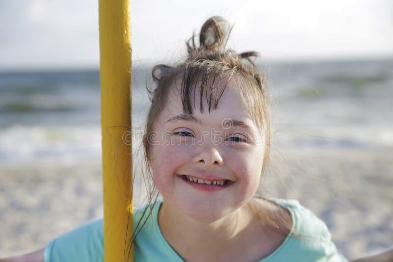 Retrato de la sonrisa de la muchacha de S?ndrome de Down fotos de archivo libres de regalías