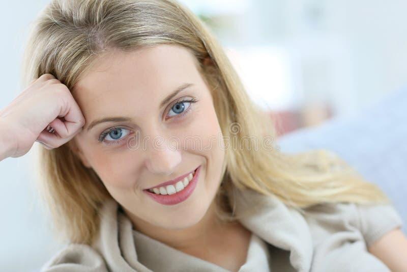 Retrato de la sonrisa rubia hermosa de la mujer imagenes de archivo