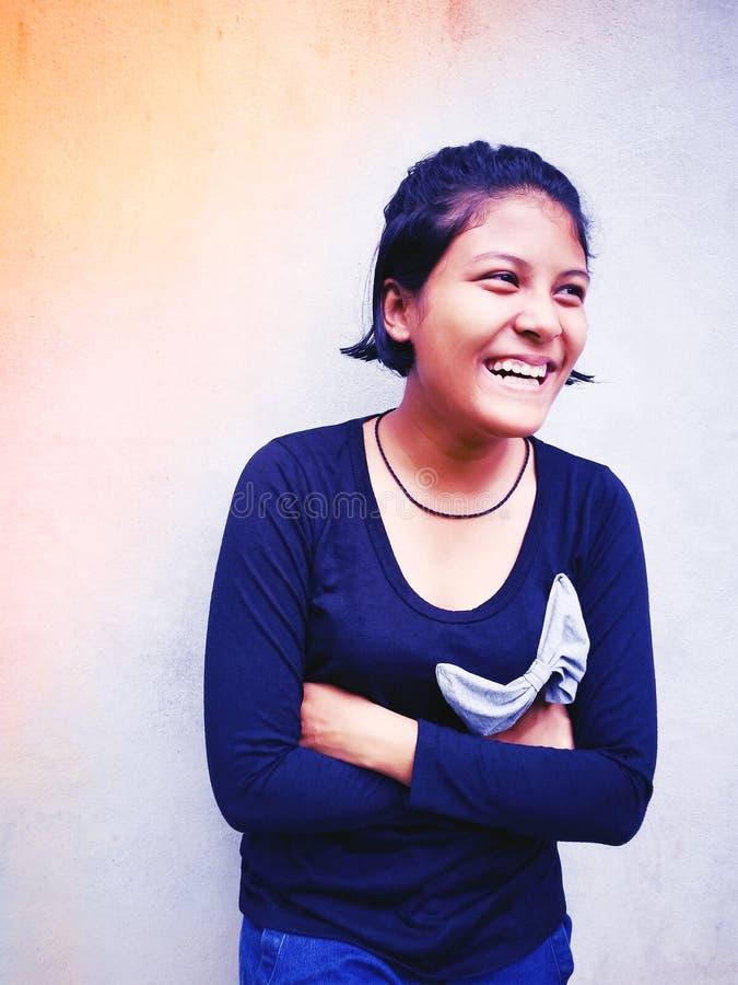 Retrato de la sonrisa tailandesa adolescente linda de la muchacha fotografía de archivo