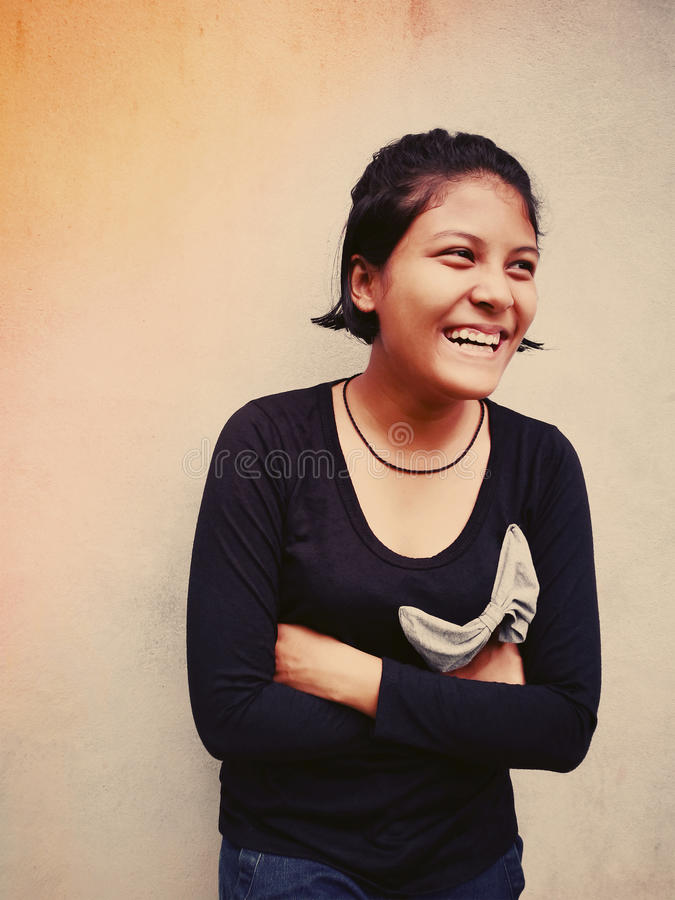 Retrato de la sonrisa tailandesa adolescente linda de la muchacha foto de archivo libre de regalías