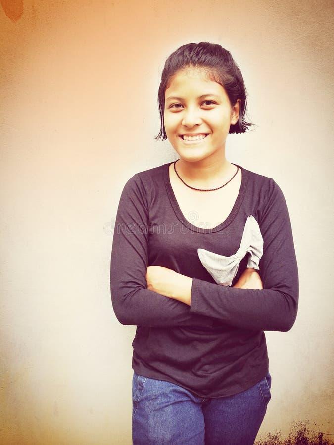 Retrato de la sonrisa tailandesa adolescente linda de la muchacha foto de archivo