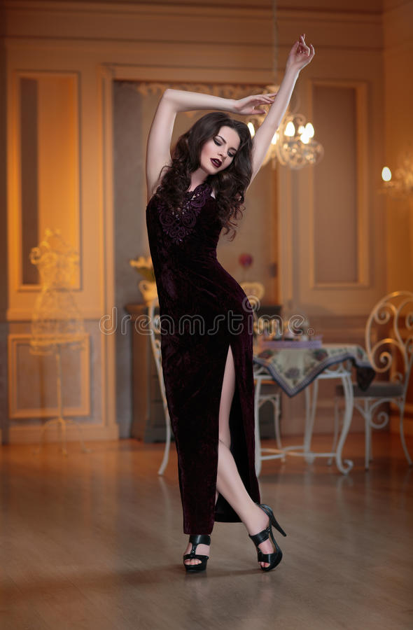 Retrato de la tarde de la moda de la mujer hermosa joven en vestido de lujo del marsala La señora morena del encanto con perfecto fotografía de archivo
