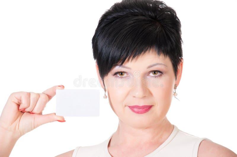 retrato de la tarjeta de crédito que se sostiene femenina imagen de archivo libre de regalías