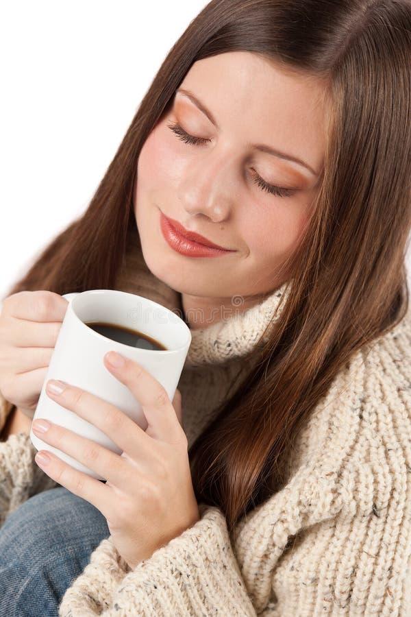 Retrato de la taza feliz de la explotación agrícola de la mujer de café imagenes de archivo