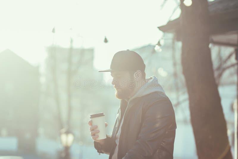 Retrato de la taza hermosa de la tenencia del hombre de café caliente foto de archivo libre de regalías