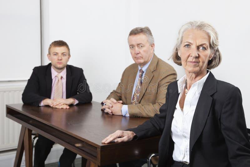 Retrato de la unidad de negocio confiada en el escritorio en oficina fotografía de archivo libre de regalías