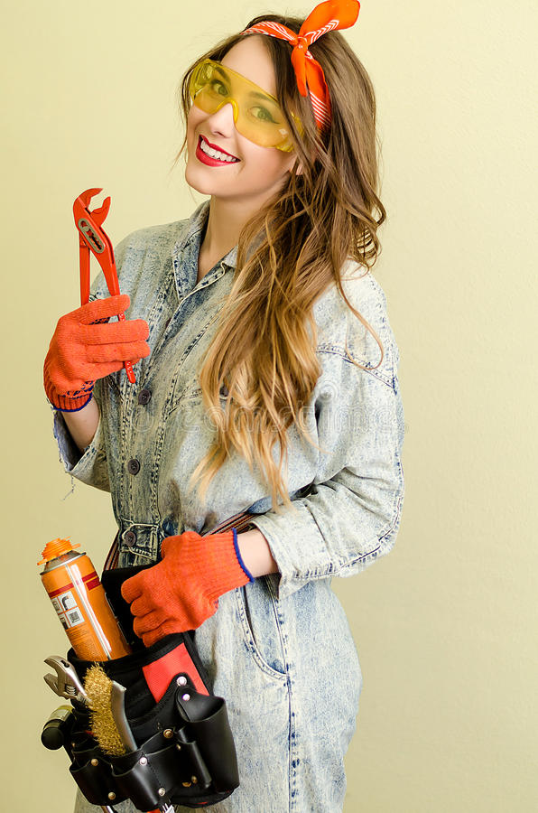 Retrato de la vendedora atractiva con el pelo rubio largo y los vidrios amarillos en tienda de las mejoras para el hogar con los  fotos de archivo libres de regalías