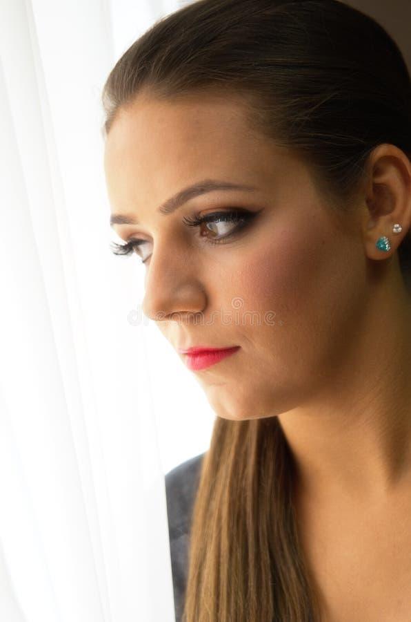 Retrato de la ventana de la mujer foto de archivo