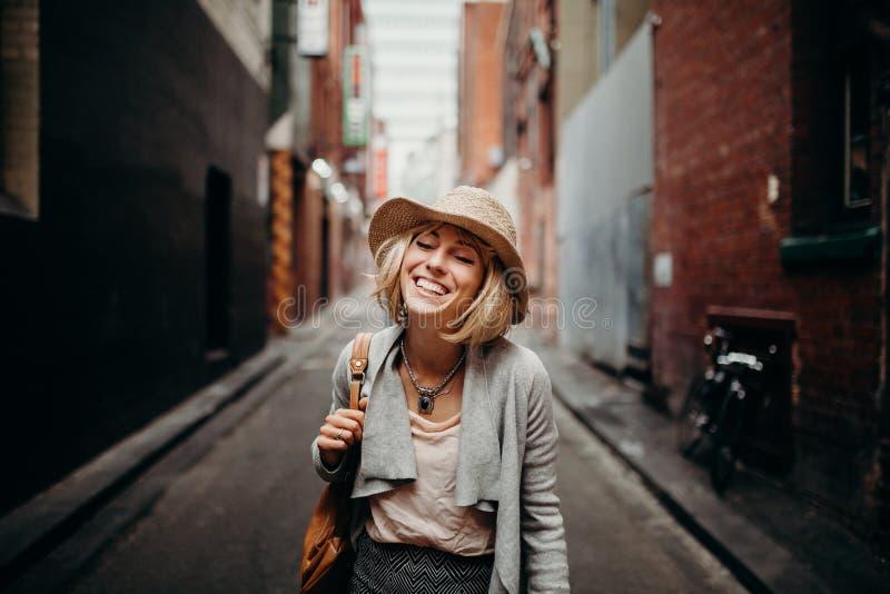Retrato de la vida urbana de la mujer sonriente en el medio de una calle estrecha en Melbourne, Australia fotos de archivo libres de regalías