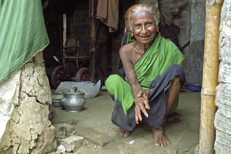 Retrato de la vieja mujer de Bangladesh de risa feliz fotografía de archivo