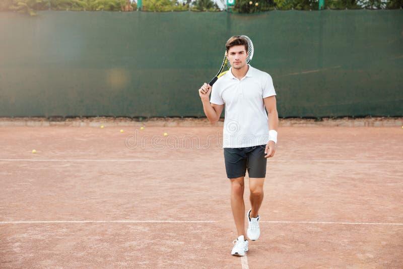Retrato de la vista delantera de un hombre que juega en tenis al aire libre imagen de archivo