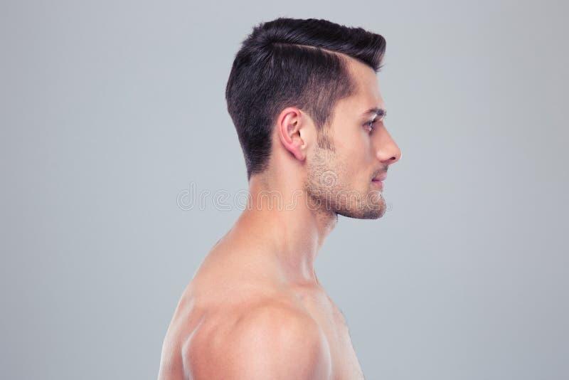 Retrato de la vista lateral de un hombre muscular joven imágenes de archivo libres de regalías