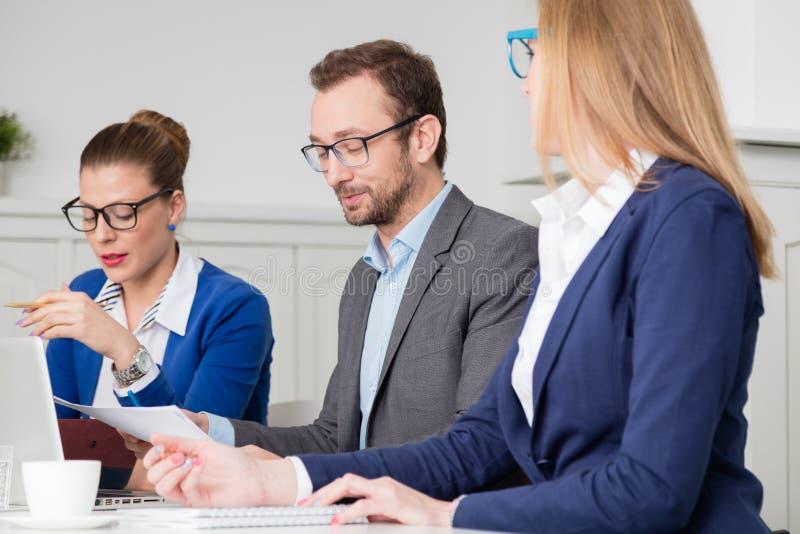 Retrato de la vista lateral del encargado en la reunión de negocios imagen de archivo