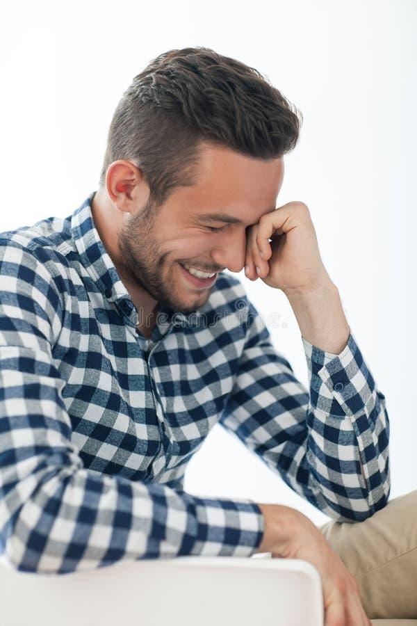 Retrato de la vista lateral del hombre tímido sonriente imagenes de archivo