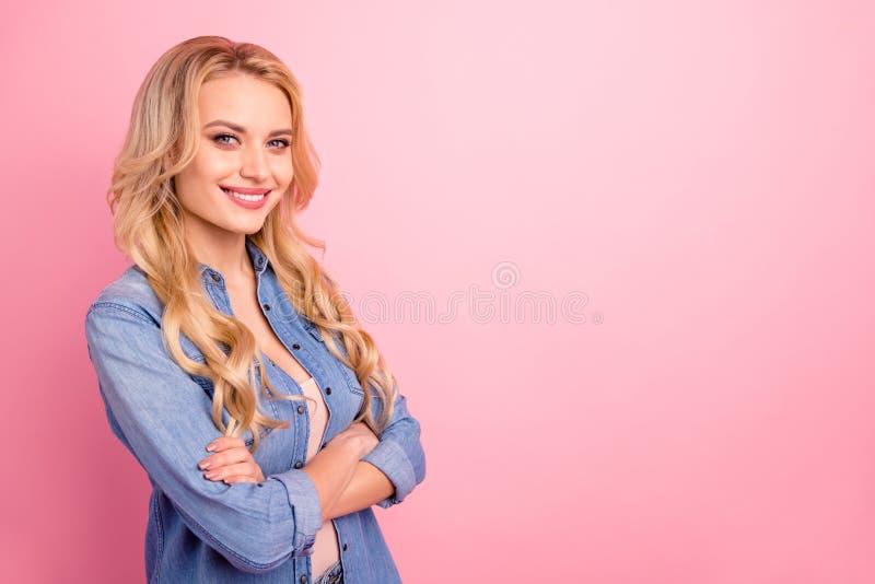 Retrato de la vista lateral del perfil de ella ella de pelo ondulado alegre alegre del contenido agradable precioso atractivo atr fotografía de archivo