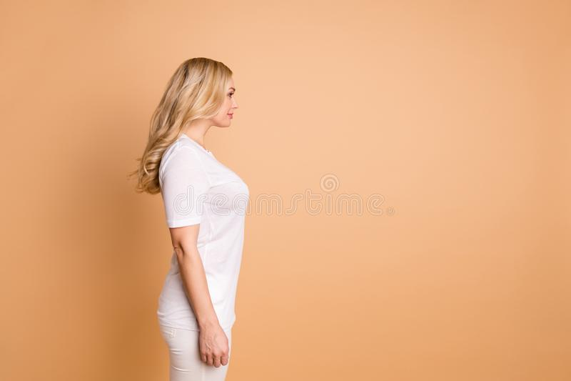 Retrato de la vista lateral del perfil de ella ella señora de pelo ondulado magnífica del contenido tranquilo dulce atractivo pre imagen de archivo