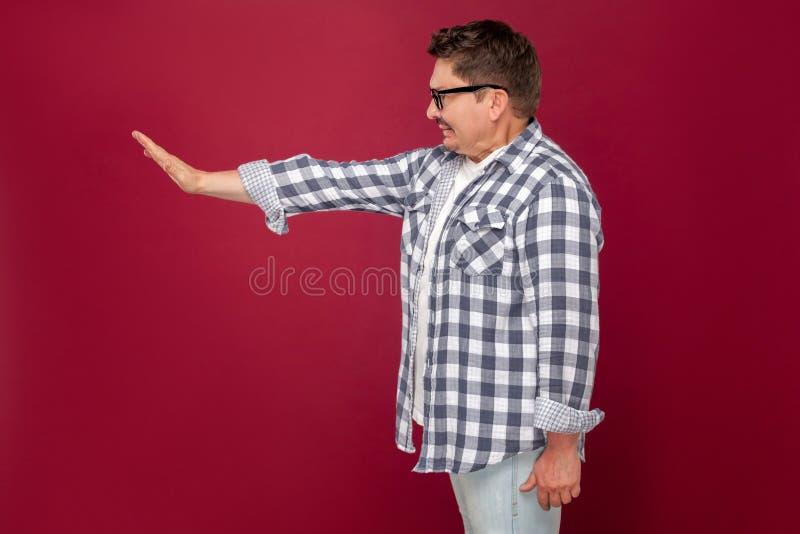 Retrato de la vista lateral del perfil del hombre de negocios envejecido centro hermoso enojado en la situación a cuadros casual  imagen de archivo