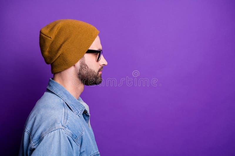 Retrato de la vista lateral del perfil del primer el suyo él espacio barbudo sincero de la copia del individuo de la calma atract fotos de archivo libres de regalías