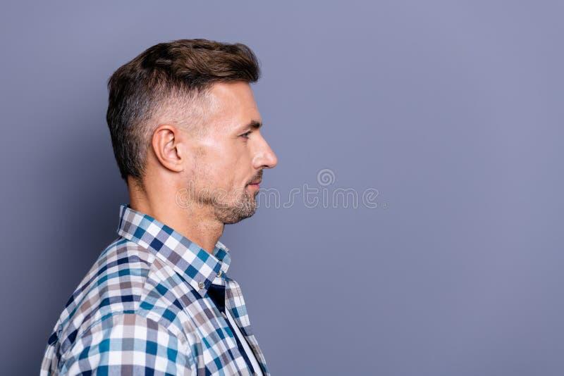 Retrato de la vista lateral del perfil del primer el suyo él individuo barbudo tranquilo atractivo agradable que lleva el copyspa fotos de archivo libres de regalías