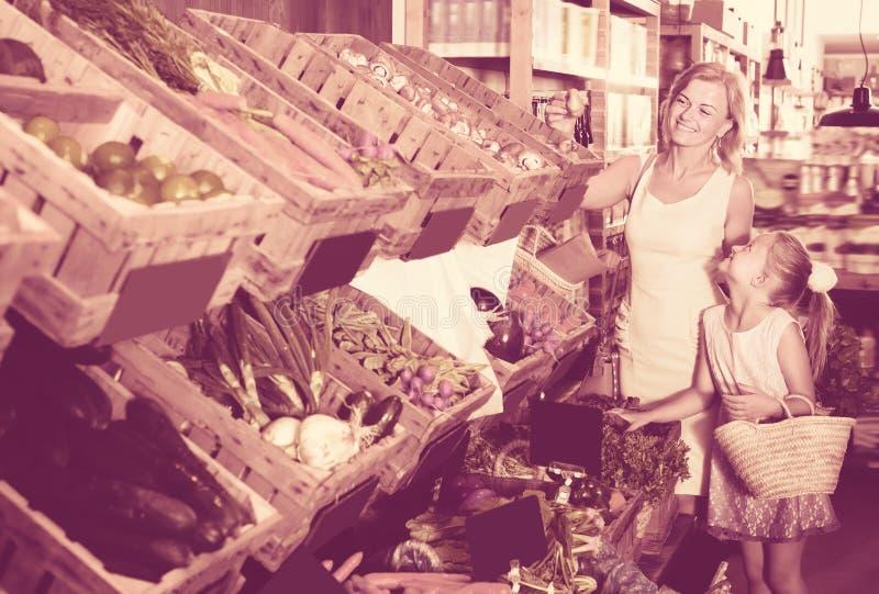 Retrato de las compras alegres de la mujer adulta y de la muchacha foto de archivo libre de regalías