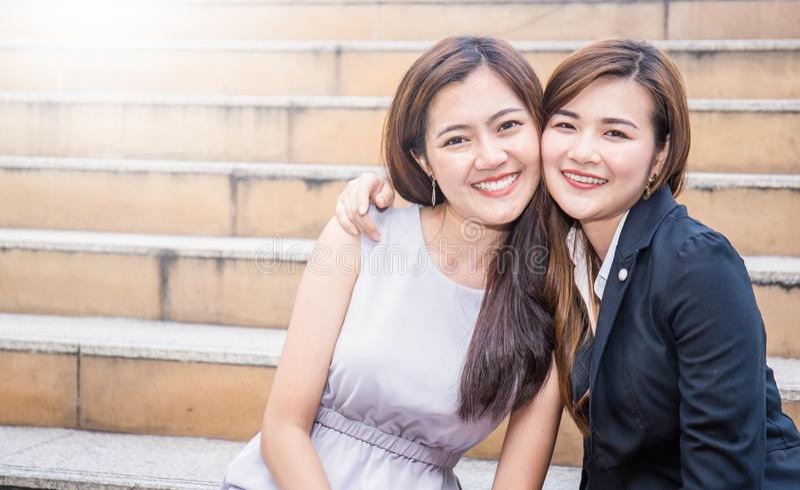 Retrato de las dos mujeres de negocios asiáticas felices al aire libre fotos de archivo libres de regalías