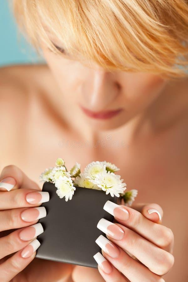 Retrato de las flores que huelen bastante rubias de una mujer joven fotografía de archivo