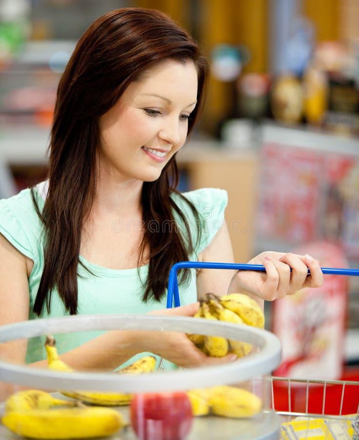 Retrato de las frutas de compra de una mujer atractiva imagen de archivo libre de regalías