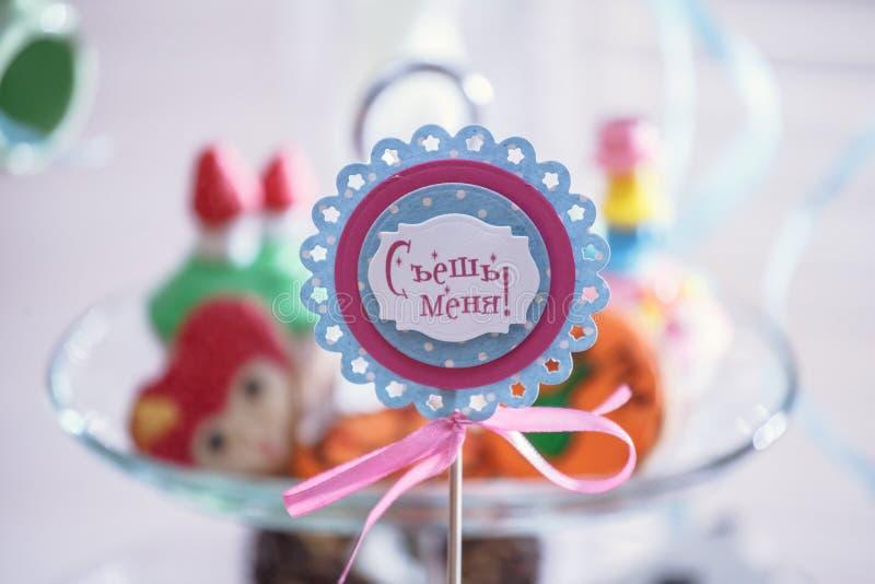 Retrato de las fuentes de la fiesta de cumpleaños esquina dulce con la torta imagen de archivo libre de regalías