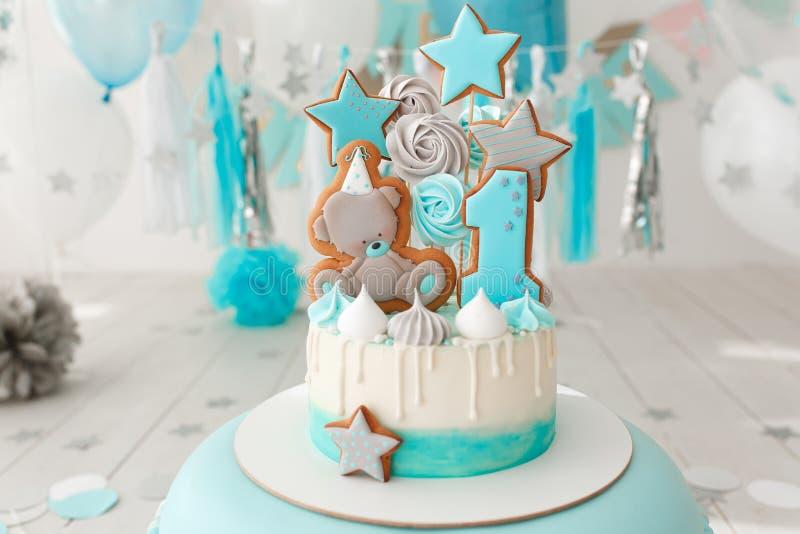 Retrato de las fuentes de la fiesta de cumpleaños esquina dulce con la torta, los polos, las galletas y el caramelo adornados con fotos de archivo libres de regalías