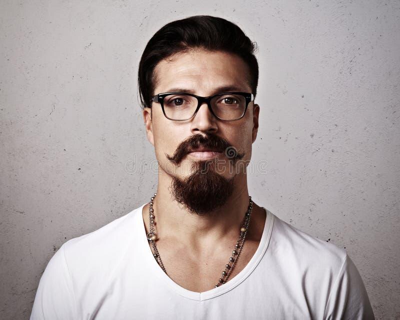 Retrato de las lentes que llevan de un hombre barbudo foto de archivo