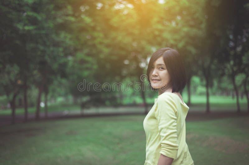 Retrato de las mujeres asiáticas hermosas que se colocan en al aire libre, feliz y sonriendo, pensamiento del positivo imágenes de archivo libres de regalías
