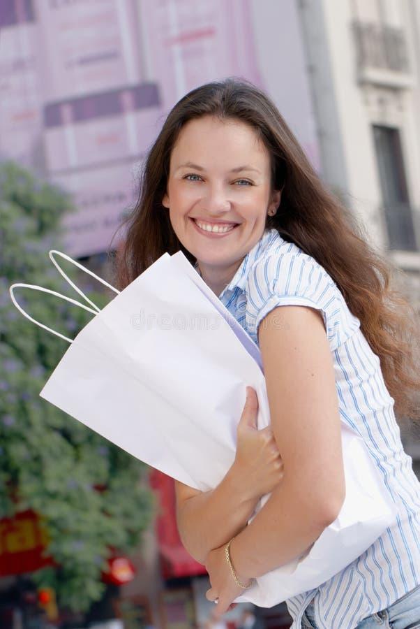 Retrato de las mujeres jovenes atractivas hacia fuera que hacen compras imagen de archivo libre de regalías