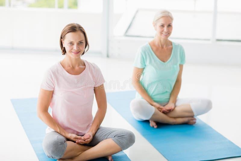 Retrato de las mujeres sonrientes que hacen yoga imágenes de archivo libres de regalías