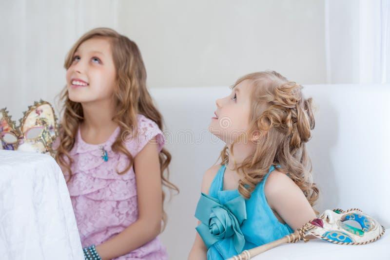 Retrato de las pequeñas novias elegantes que miran para arriba imagenes de archivo