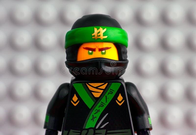 Retrato de Lego The Green Ninja contra backgrou gris de la placa de base fotos de archivo libres de regalías